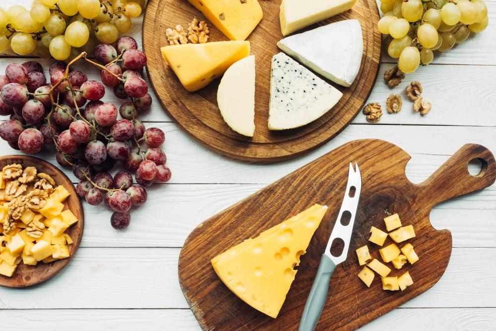 Ostekniv på ostebord